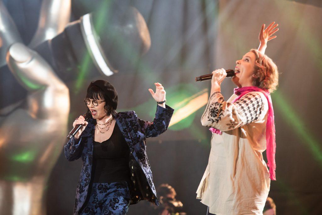 Kuvassa Katri ja Riikka laulavat lavalla, fiilis katossa