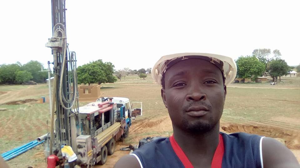Mies poseeraa kaivoprojektin edessä.